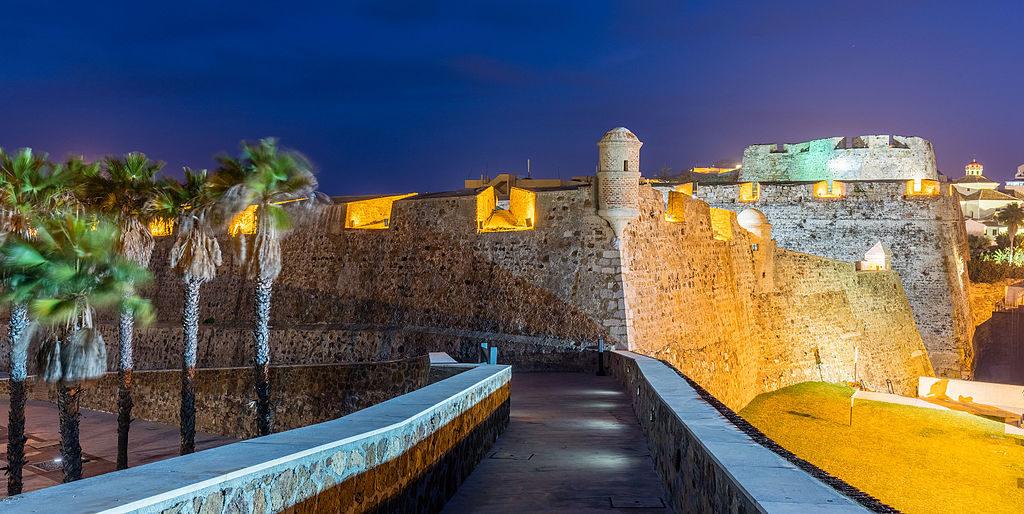 imagen de noche de las murallas reales de ceuta